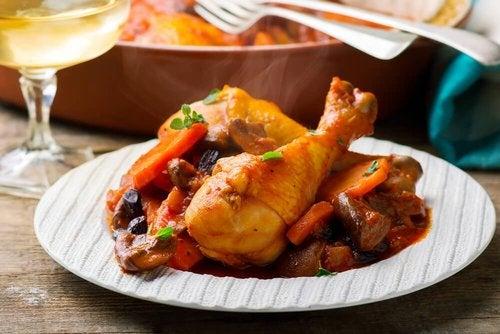 Pyszny duszony kurczak w stylu babci – palce lizać!