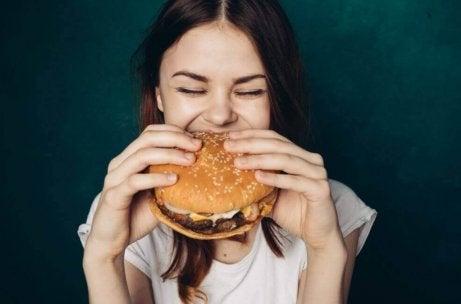 Dziewczyna je hamburgera