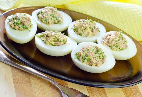Jajka faszerowane na talerzu