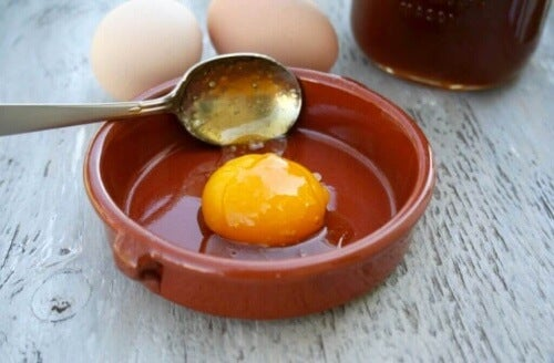 Jajko to źródło protein dla włosów.