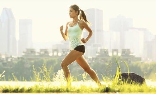 Zacznij leczenie zaparć od wprowadzenia regularnych ćwiczeń.