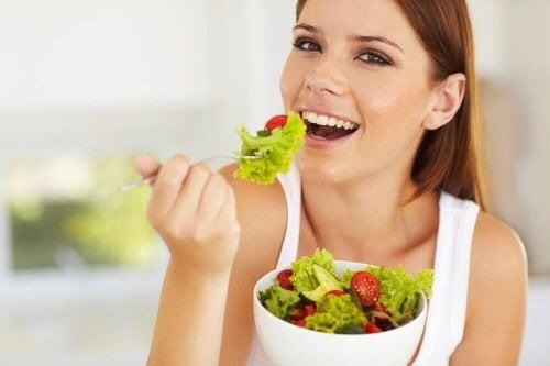 kobieta je zdrową sałatkę