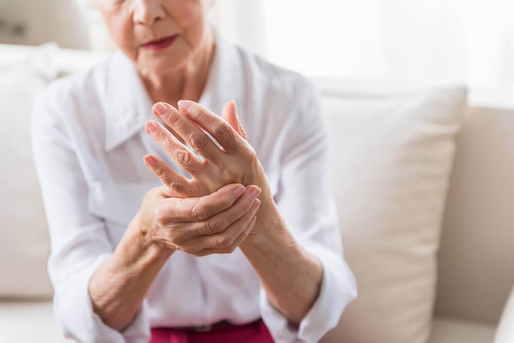 Kobieta z bólem stawów