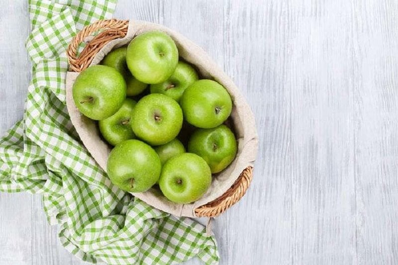 Koszyk zielonych jabłek