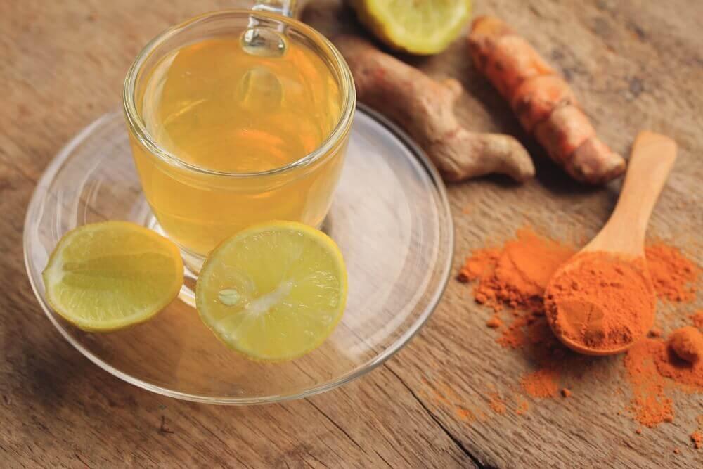 Napar z imbiu, kurkumy i cytryny