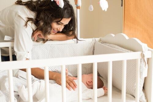 niemowlę w kojcu z mamą