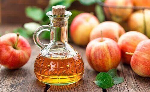 Wcieraj ocet jabłkowy w skórę.