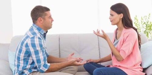 Zwracaj uwagę na to, gdzie patrzy Twój rozmówca.