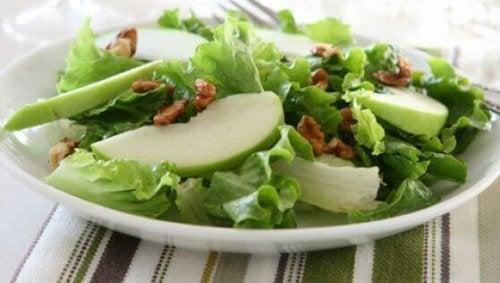 Sałatka z selera naciowego i jabłka - przepisy
