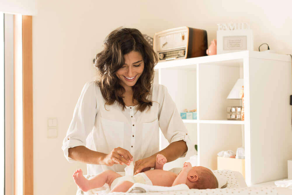 Mama zmienia pieluszkę u dziecka