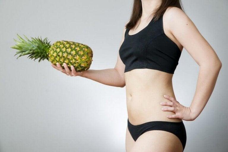 Kobieta z ananasem.