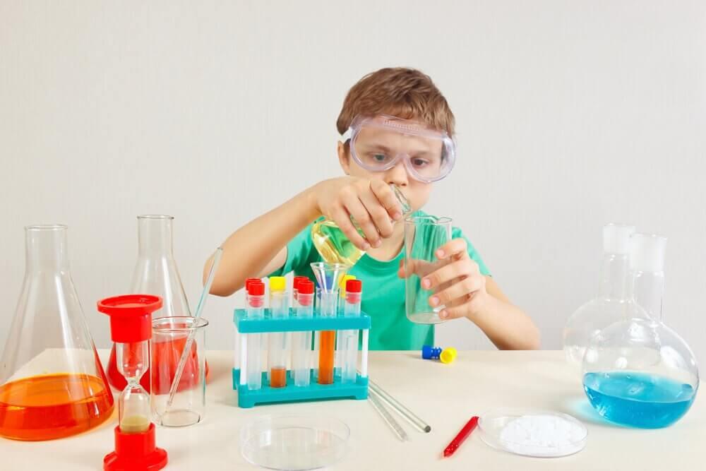 chłopiec robiący eksperymenty