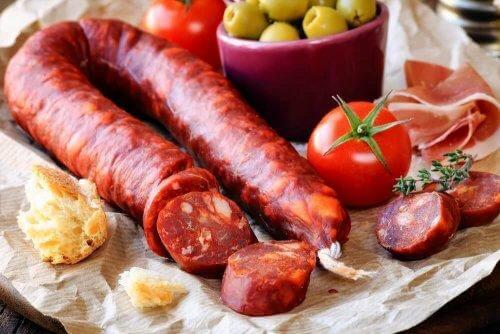 Hiszpańska tortilla z ziemniakami, chorizo i szynką jest bardzo popularna.
