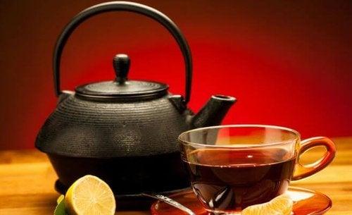 Dzbanek i czarna herbata.