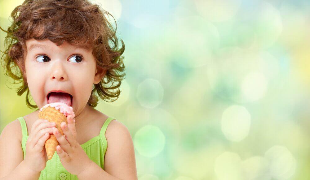 dziecko jedzące loda