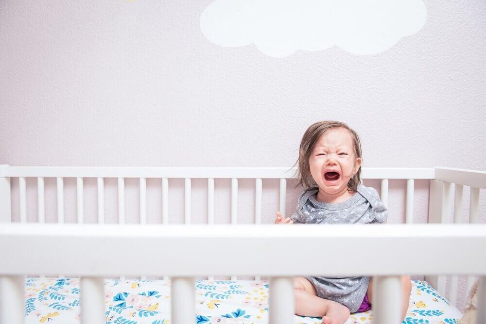Dziecko płaczące w łóżeczku