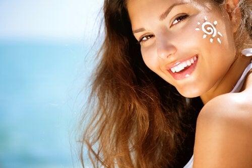 Dziewczyna z kremem przeciwsłonecznym na twarzy