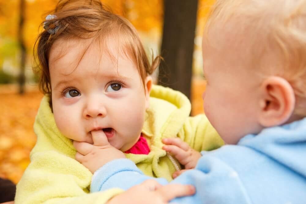 Dziewczynka gryząca palec