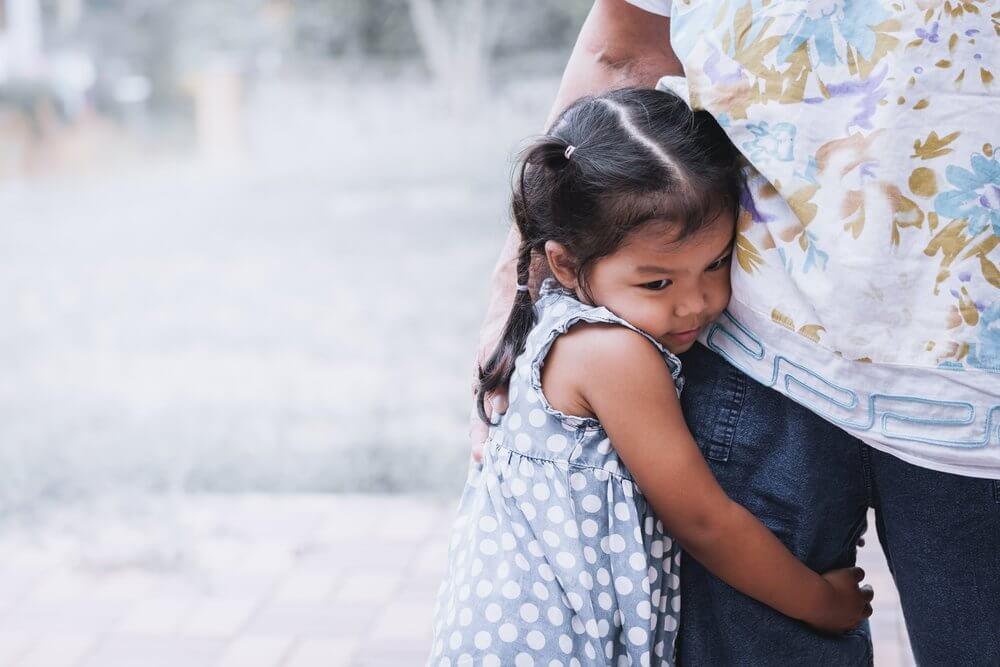 Dziewczynka przytula się do nogi