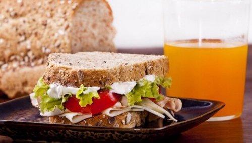Koniecznie wypróbuj ten przepis na nietypową kanapkę z indykiem.