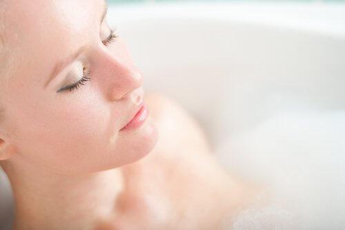 Kąpiel zadziała relaksująco, redukując jednocześnie nieprzyjemny zapach potu.