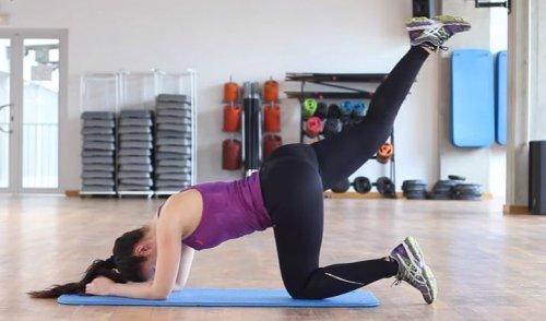 Unoszenie nóg to bardzo proste i bardzo skuteczne ćwiczenie.