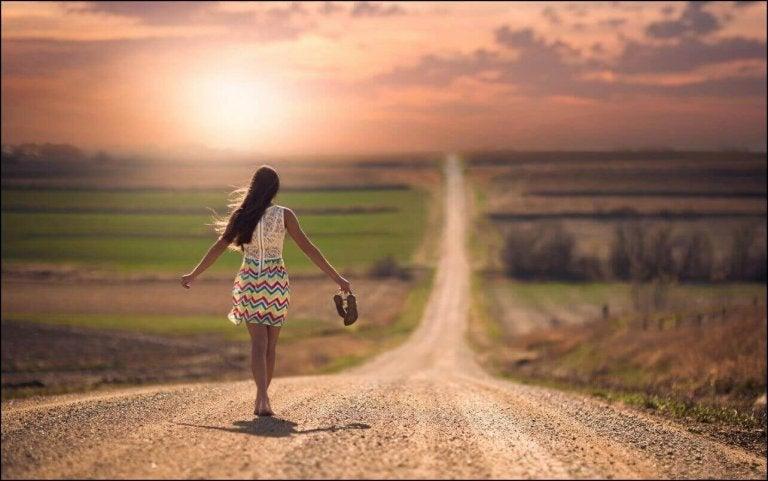 Kobieta idąca drogą lub przebywanie we własnym towarzystwie