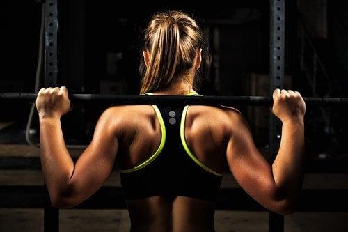 Kobieta uprawia fitness