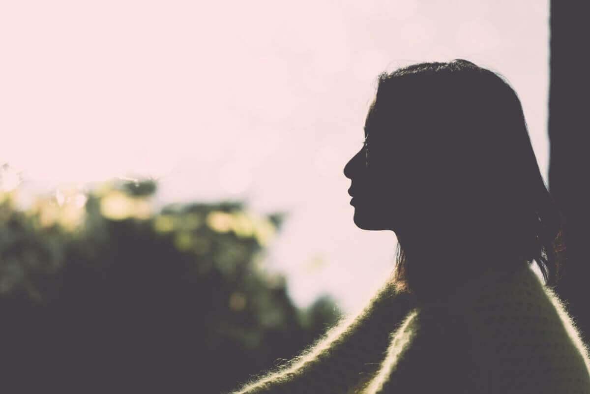 Kobieta zapatrzona w horyzont.
