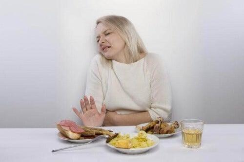 Pierwszy dzień grypy żołądkowej to najczęściej ból brzucha i brak apetytu.