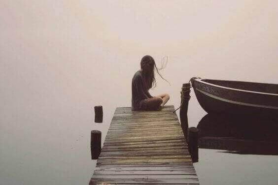 Samotna kobieta na pomoście.