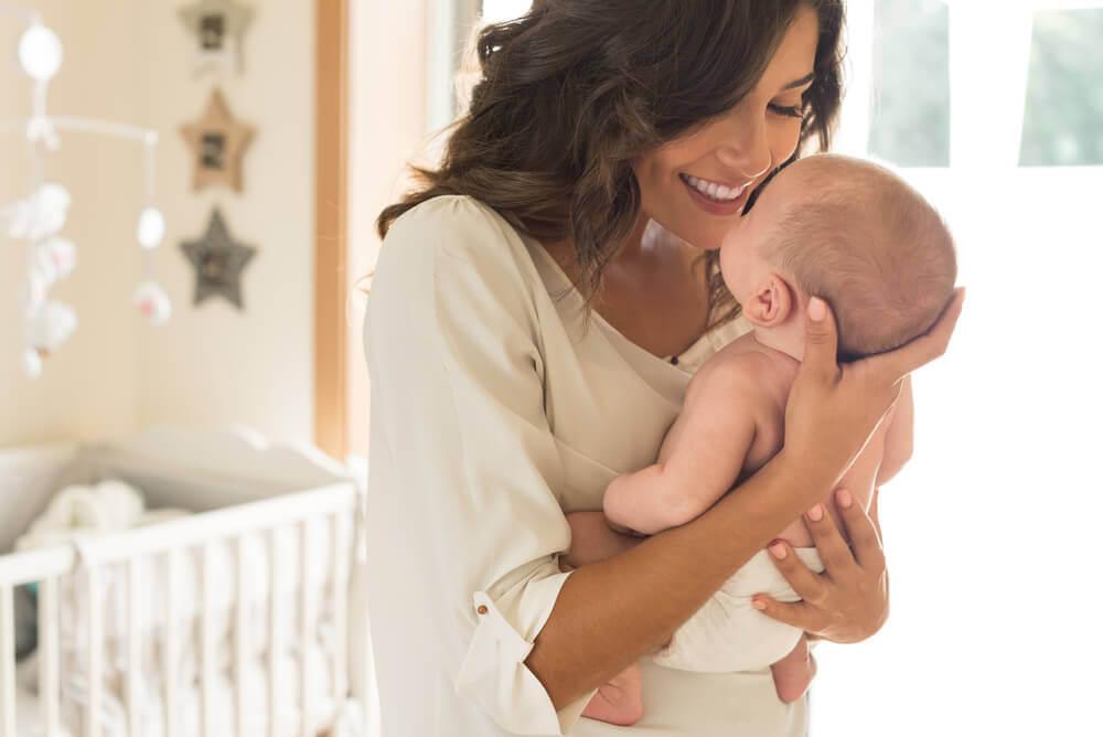 Kobieta przytulająca dziecko - późne macierzyństwo