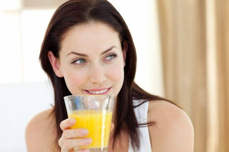 Kobieta z sokiem ananasowym.