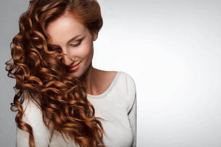 Kobieta z kręconymi włosami.
