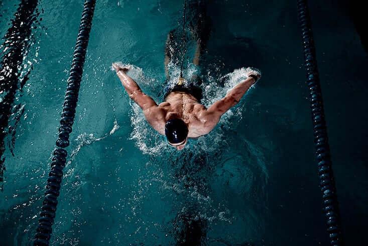 Mężczyzna pływający motylkiem