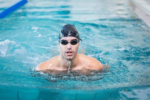 Jak nauczyć się pływać w basenie? Poznaj kilka wskazówek.