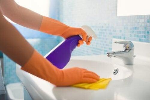 Mycie łazienki.