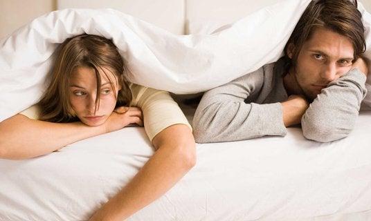 Para w łóżku.