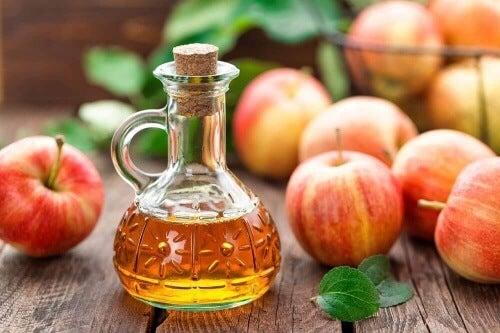 Z octu jabłkowego łatwo przygotujesz kąpiel do stóp.