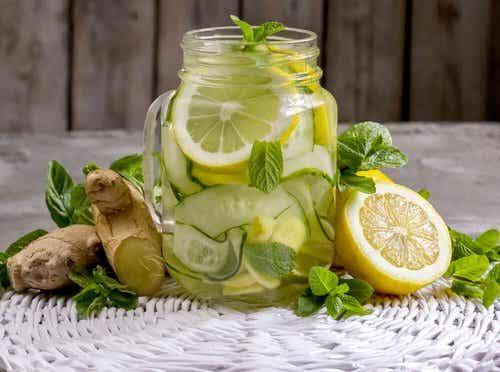 Oczyszczający napój z jabłkiem i imbirem