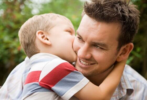 Przytulanie - ojciec i syn.