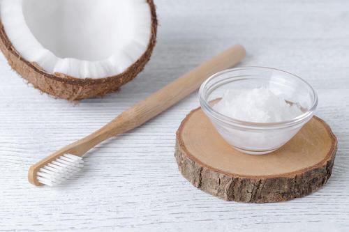 Olej kokosowy pomaga zwalczać infekcje w jamie ustnej