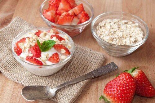 Płatki z jogurtem i owocami to prosty przepis na pyszne śniadanie.