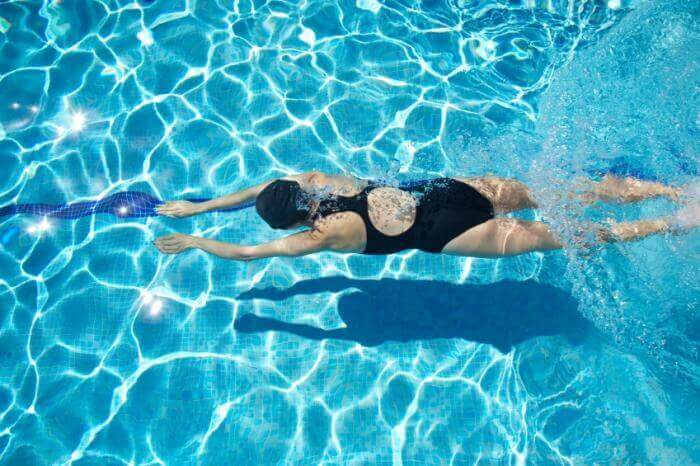 Pływająca kobieta