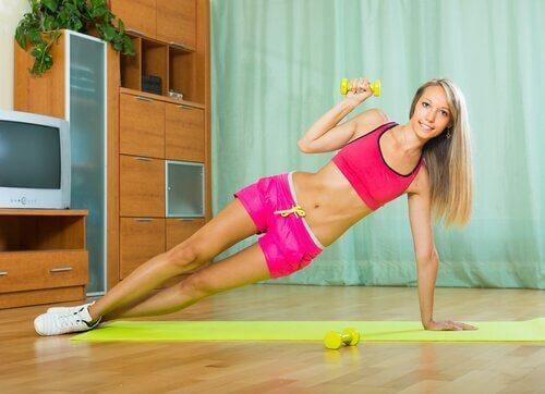 Koniecznie wypróbuj pompki ze skrętem bioder które wzmacniają całe ciało!