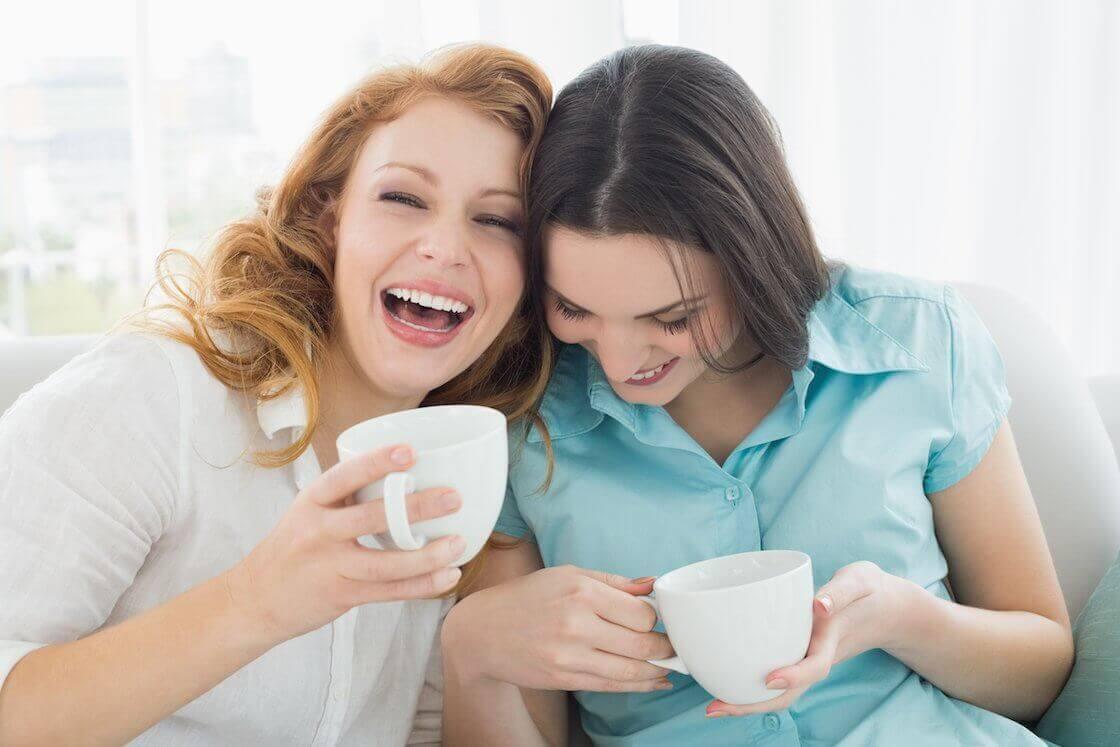 Dwie przyjaciółki przy kawie.