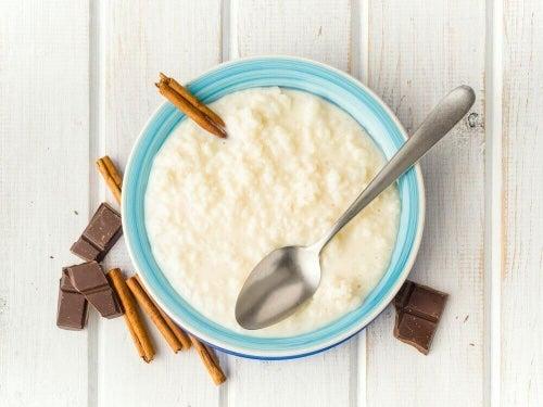 Niskokaloryczny pudding ryżowy smakuje świetnie z cynamonem i nutką cytrusów.
