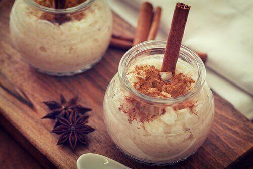 Niskokaloryczny pudding ryżowy: tradycyjny i wegański