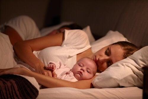 Niemowlę dobrze śpi przy matce.