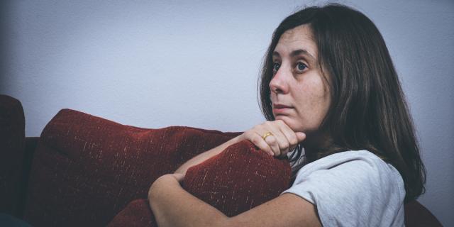 smutna kobieta szantaż emocje